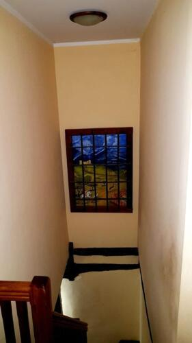 Escalera con vidriera pintada